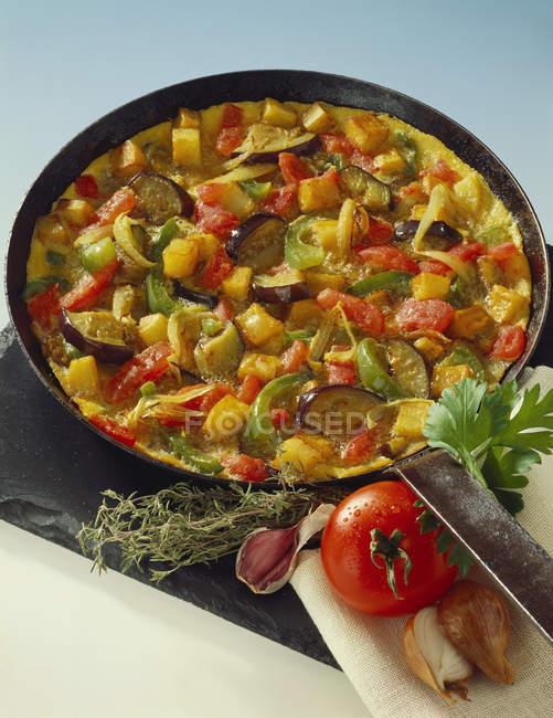Tortilla con verdure in padella — Foto stock