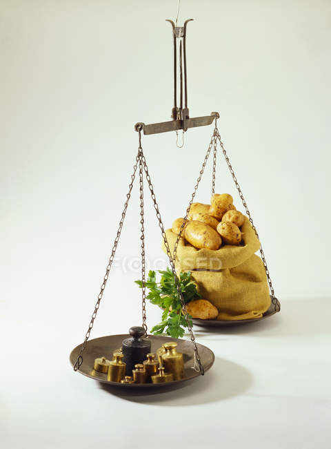 Scales with weights and potatoes — Stock Photo