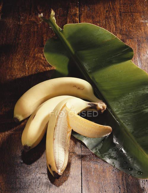 Свежие бананы на банановом листе — стоковое фото