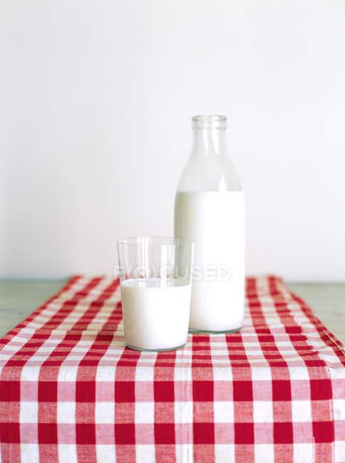 Copo e garrafa de leite — Fotografia de Stock