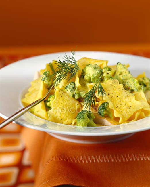 Tagliatelle con broccoli, pesce e salsa allo zafferano — Foto stock