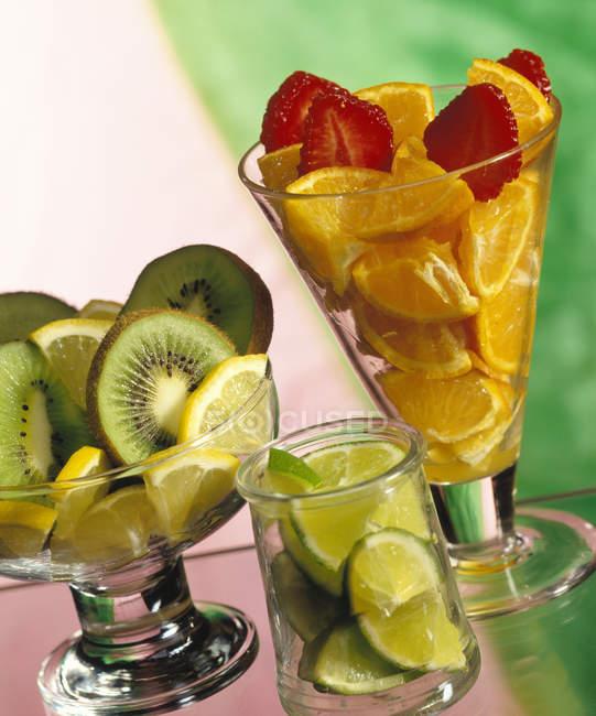 Pezzi di frutta fresca in vetri — Foto stock