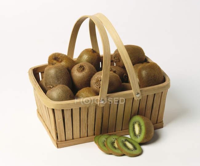 Frutta di kiwi in cestino — Foto stock
