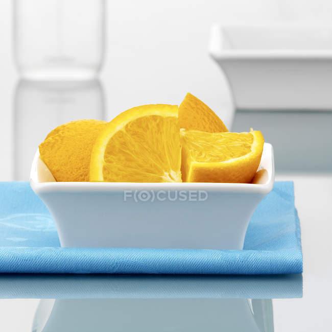 Arancione quarti in piccola ciotola — Foto stock