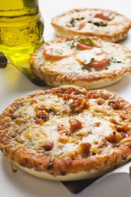 Три различных мини-пиццы — стоковое фото