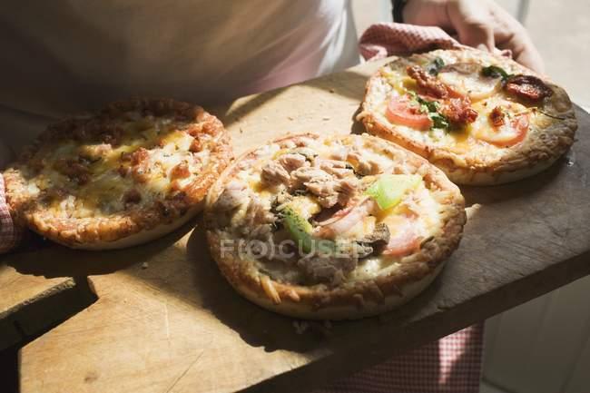 Три различных мини пиццы — стоковое фото