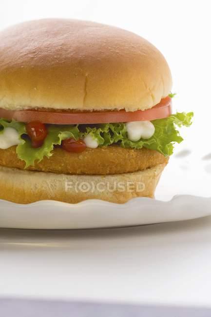 Hamburguesa de pollo con tomate - foto de stock