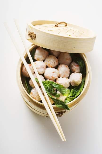 Garnelenbällchen im Bambusdämpfer — Stockfoto