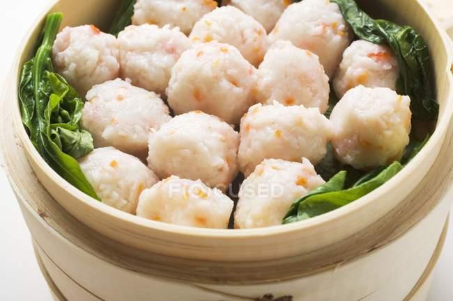 Bolas de camarão no navio de bambu — Fotografia de Stock