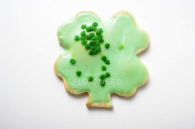 Shamrock biscuit with green icing — Stock Photo