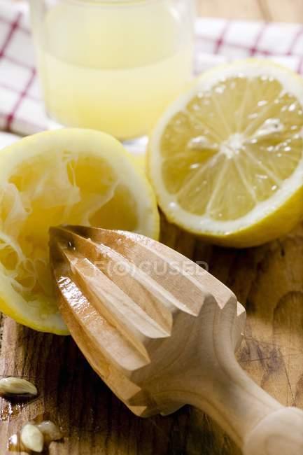 Лимоны с цитрусовым прессом — стоковое фото