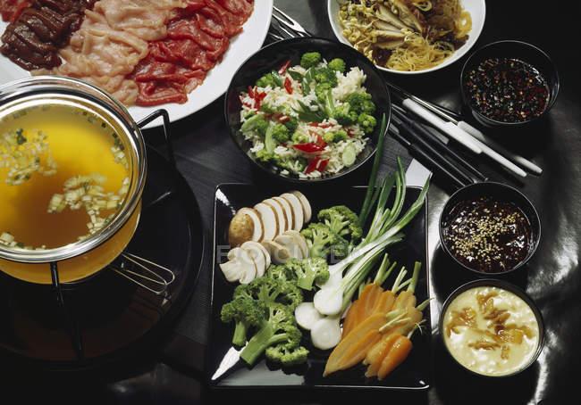 Tabella servita pieno di cibo — Foto stock