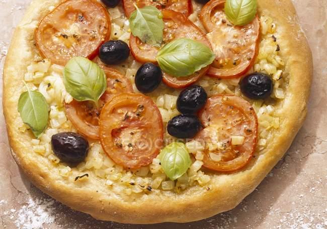 Pizza com azeitonas e tomates — Fotografia de Stock