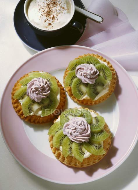 Tartelettes aux kiwis avec Blackberry crème — Photo de stock