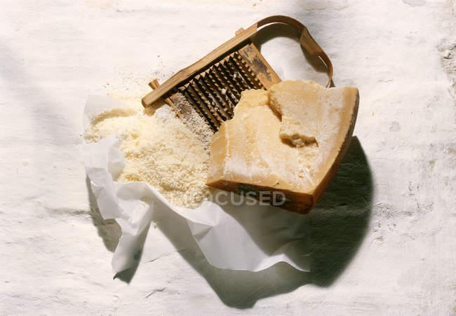 Шматок сиру пармезан з тертці — стокове фото