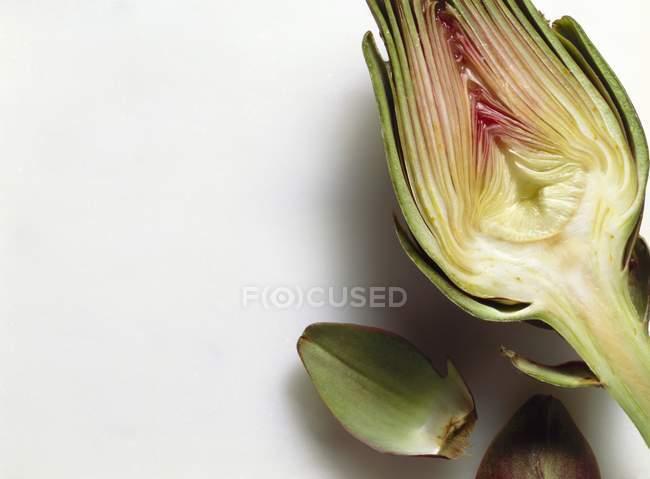 Alcachofa fresca cortada a la mitad - foto de stock