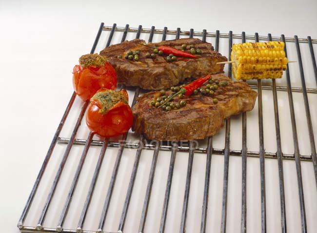 Гриль свиные котлеты с помидорами и кукурузы — стоковое фото