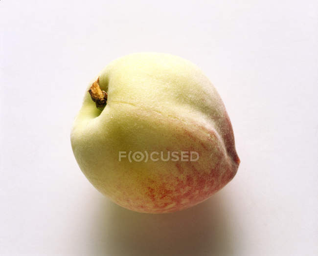 Melocotón blanco maduro fresco - foto de stock