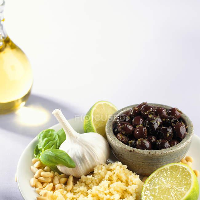 Кускус з кедровими горішками, часник і оливки — стокове фото