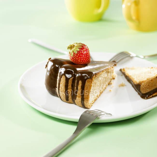 Bolo de esponja com cobertura de chocolate — Fotografia de Stock