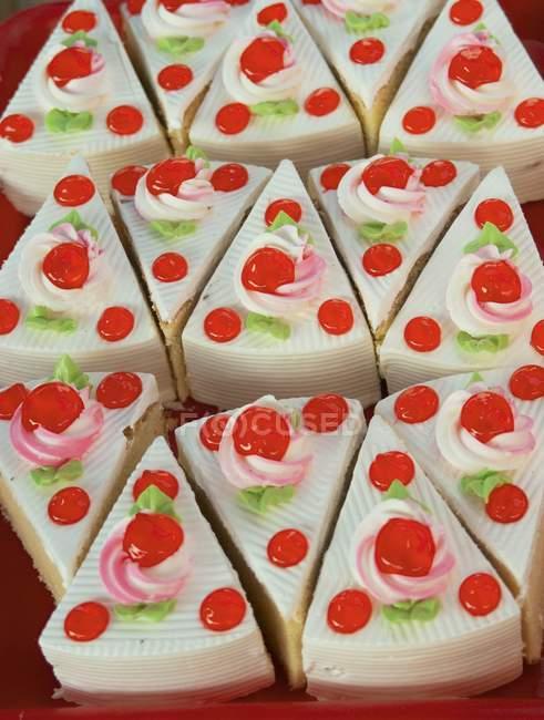 Varios pasteles de esponja pequeños - foto de stock