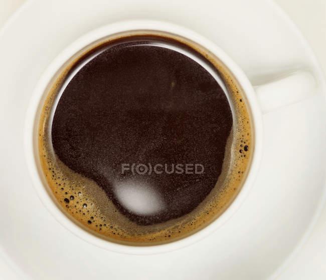 Tazza di caffè nero appena fatto — Foto stock