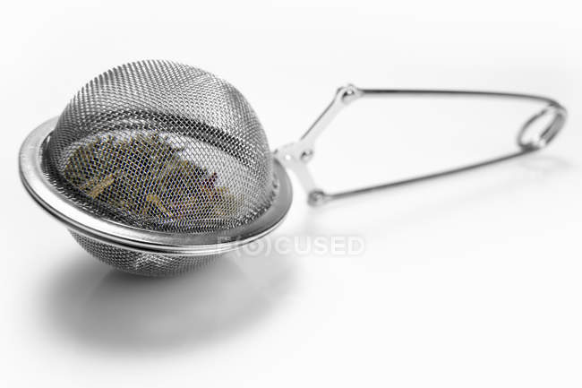 Ситечко для чая, полное чая — стоковое фото