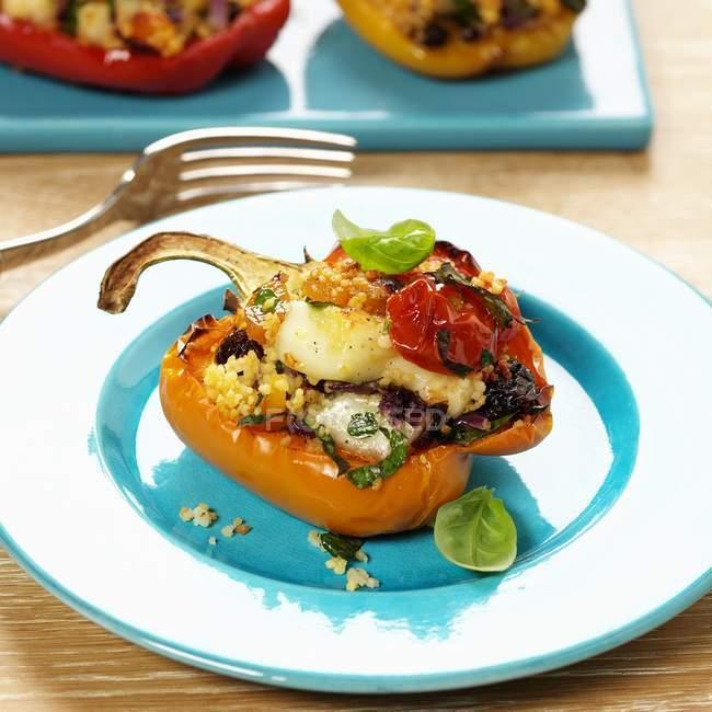 Перець, половина фаршировані Кус-кус і овочів — стокове фото