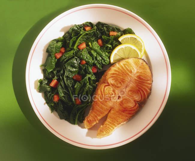 Филе лосося с вареного шпината — стоковое фото