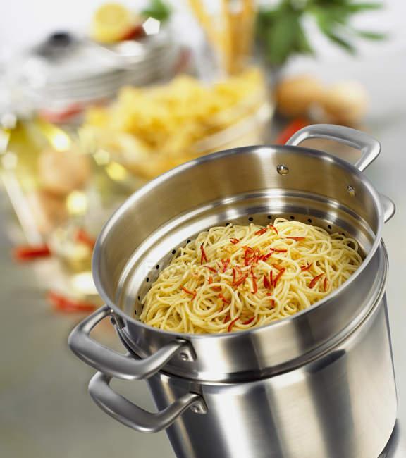Spaghetti cotti con strisce di peperoncino — Foto stock