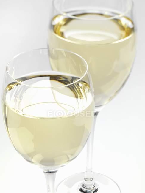 Bicchieri di vino su sfondo bianco — Foto stock