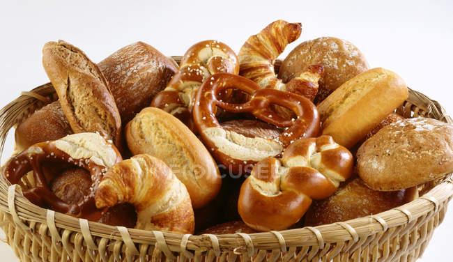Cesta de surtido de productos de panadería - foto de stock