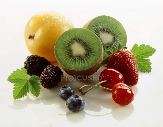 Frische ganze und halbierte Früchte und Beeren — Stockfoto