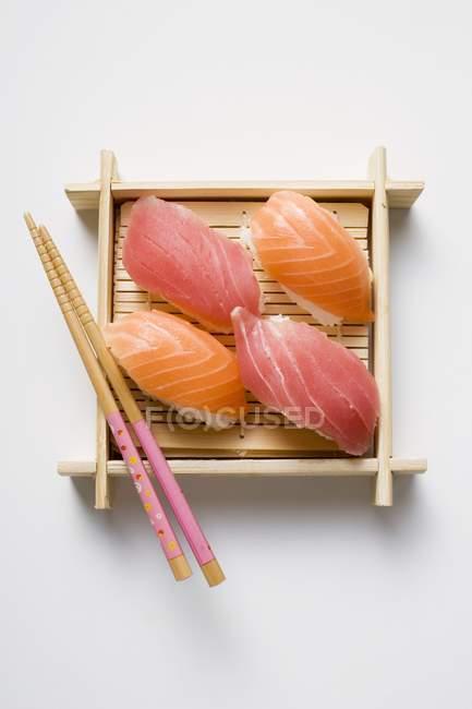 Nigiri sushi avec les baguettes — Photo de stock