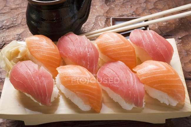 Nigiri-Sushi mit Thunfisch und Lachs — Stockfoto