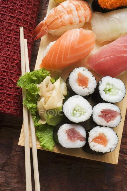 Sushi auf Sushi-Brett — Stockfoto