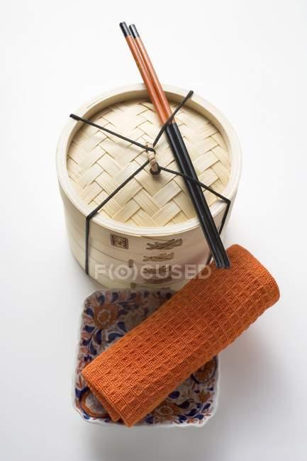 Рушник, палички для їжі і бамбук пароплав — стокове фото
