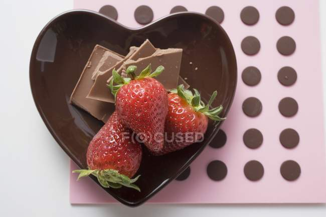 Plate with chocolate and strawberries — Stock Photo