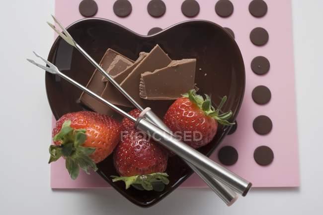 Placa com chocolate e morangos — Fotografia de Stock