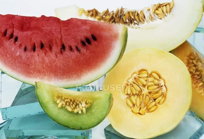 Melancia e melão fatiado — Fotografia de Stock