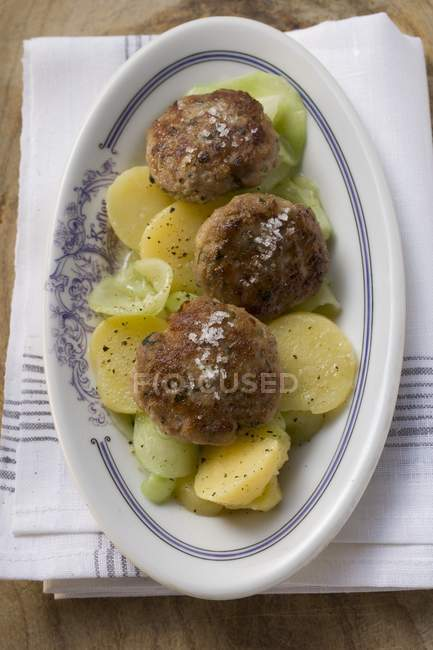 Hamburger su insalata di patate e cetrioli — Foto stock