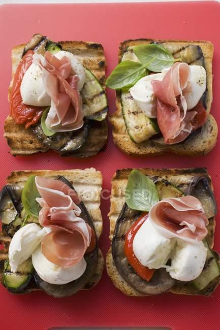 Parmaschinken mit gegrilltem Brot — Stockfoto