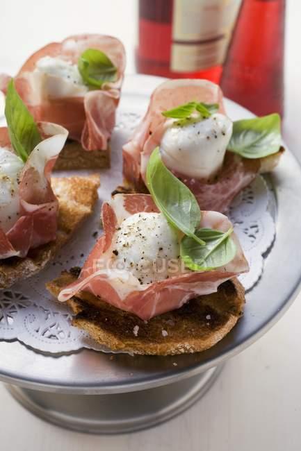 Crostini au jambon de Parme — Photo de stock