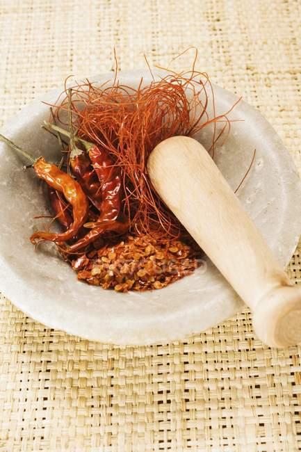Azafrán de especias y chiles - foto de stock