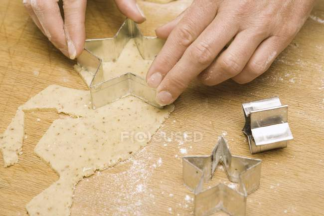 Крупним планом кадроване подання рук вирізання зіркоподібний тісто дріжджове — стокове фото