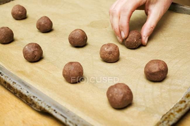 Куповані погляд з боку організації кулі фундук тісто на лоток випічки — стокове фото