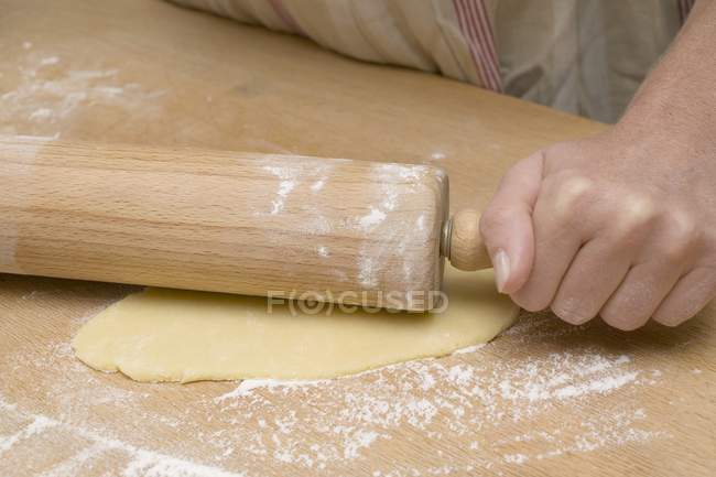 Крупним планом зору людини прокатки тісто — стокове фото