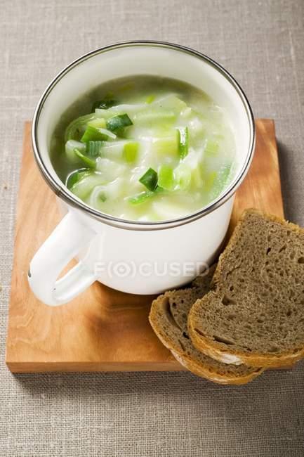 Lauch-Creme-Suppe mit Brot und Löffel — Stockfoto