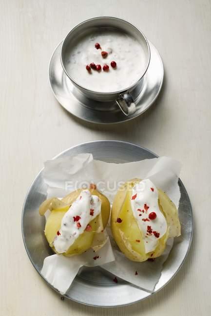 Batatas com creme de leite e pimenta vermelha — Fotografia de Stock