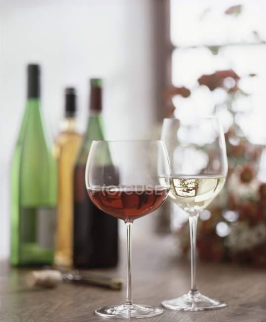Очки красного и белого вина — стоковое фото